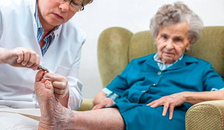 Гигиенический педикюр для пожилых людей