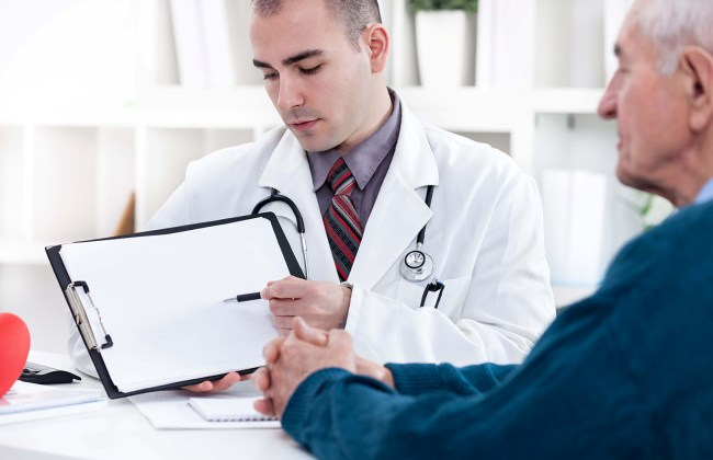 Кардиолог объясняет больному