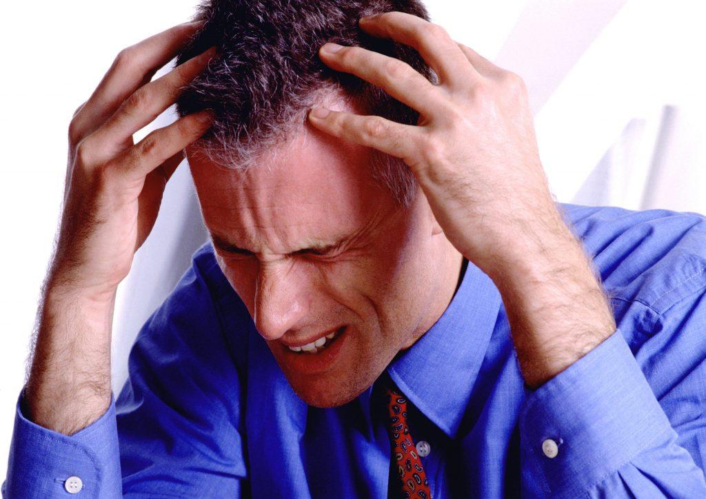 Больной ощущает боль (виски, затылок), головокружение, дрожь