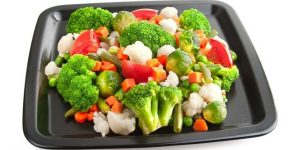 капуста брокколи, неконсервированный зеленый горошек, любая зелень, морковь, тыква, помидоры