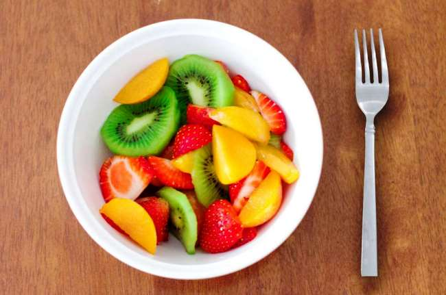 нарезанные фрукты в тарелке