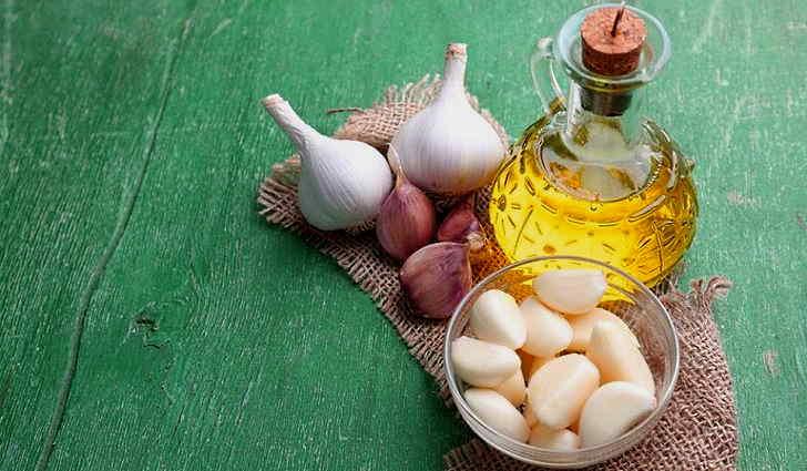 Настой чеснока на оливковом масле для лечение отита