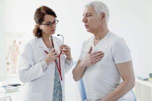 pozhiloj muzhchina na prieme u kardiologa