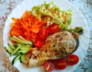 рыба на пару и овощной салат